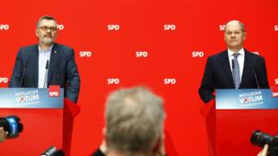 Dietmar Nietan y Olaf Scholz del Partido Socialdemócrata Alemán (SPD) asisten a una rueda de prensa para anunciar los resultados de la votación de los afiliados al Partido Social Demócrata (SPD) y la Unión Demócrata Cristiana (CDU) en Berlín, Alemania, el 4 de marzo de 2018.