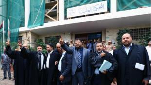 """Des juristes """"fêtent"""" l'invalidation du Parlement, devant la Cour suprême libyenne."""