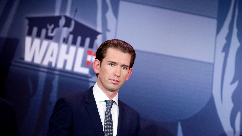 El principal candidato del Partido de los Pueblos (OeVP) y el ex canciller Sebastian Kurz observa durante una discusión televisiva después del anuncio de los rápidos resultados de las elecciones parlamentarias en el palacio de Hofburg en Viena, Austria, el 29 de septiembre de 2019.