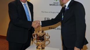 Bill Beaumont, le président de World rugby et son vice-président, Bernard Laporte, le 15 novembre 2017 à Londres, après la nomination de la France pour accueillir la Coupe du monde 2023