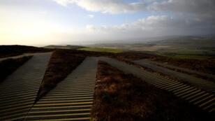 Los escalones en zig-zag conducen al fuerte de piedra prehistórico de Grianan de Aileach, donde se puede ver la frontera entre Irlanda e Irlanda del Norte, vista desde la cercana aldea de Speenogue, Irlanda, 1 de febrero de 2018.