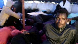 El grupo de migrantes africanos que se trasladan a España, serán atendidos de manera escalonada por las autoridades de ese país. Junio 13 de 2018.