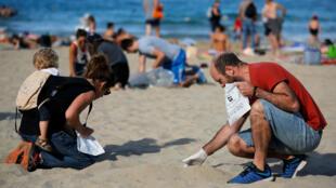Voluntarios limpian y eliminan los desechos de una playa en Marsella durante el Día Mundial de Limpieza. Francia, 15 de septiembre de 2018.