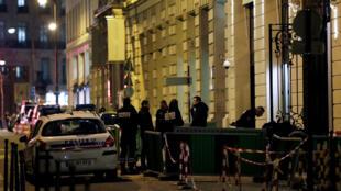 Des policiers enquêtent dans la rue Cambon, à l'arrière du Ritz, le 10 janvier 2017.