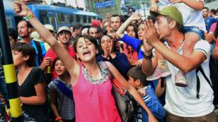 De jeunes migrants manifestent dans la gare de Keleti, à Budapest, après leur évacuation par la police. le 1er septembre.