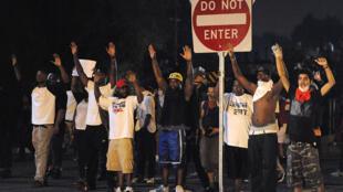 Des manifestants défilent à Ferguson le 18 août 2014.