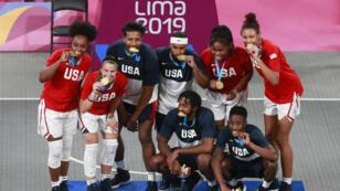Los equipos masculino y femenino de EE. UU. de baloncesto 3x3 muestran sus medallas de oro en el coliseo Eduardo Dibos en Lima, Perú, el 29 de julio 2019.