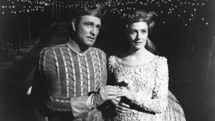 Le roi Arthur (Richard Harris) épouse la reine Guenièvre (Vanessa Redgrave) dans le film Camelot (1967).