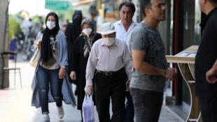 أشخاص يضعون كمامات في العاصمة الايرانية طهران بتاريخ 28 حزيران/يونيو 2020
