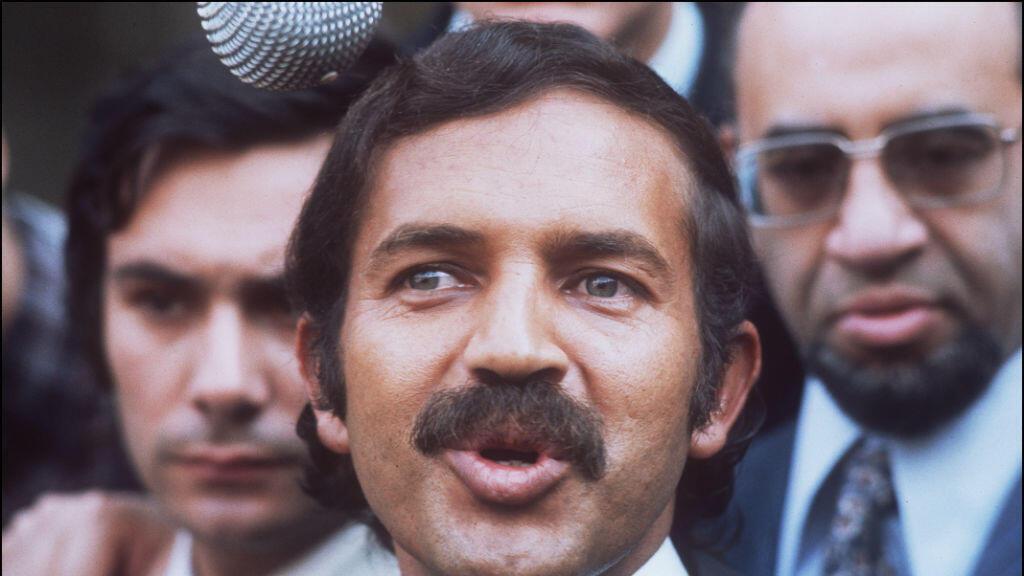 (Imagen de archivo) el ministro de Exteriores de Argelia, Abdelaziz Bouteflika, responde a las preguntas de los periodistas el 10 de julio de 1973 cuando abandona el Palacio del Elíseo después de una reunión con el presidente francés, Georges Pompidou.