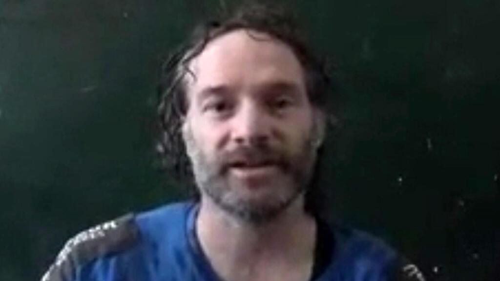 Capture d'écran d'une vidéo montrant Peter Theo Curtis pendant sa détention en Syrie