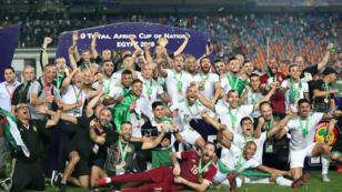 El plantel de Argelia celebra la obtención de la Copa Africana de Naciones 2019 en el estadio Internacional de El Cairo, Egipto, el 19 de julio de 2019.