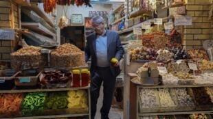 تاجر عراقي يبيع المكسرات في سوق أربيل التاريخي في عاصمة إقليم كردستان العراق في 10 شباط/فبراير 2021