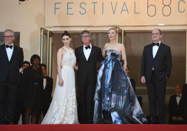 """Todd Hayes entouré de Rooney Mara et Cate Blanchett, lors de la montée des marches de """"Carol"""", le 17 mai."""