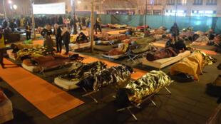 """Le collectif """"Nuit solidaire"""" a installé des matelas place de la République, pour accueillir militants et SDF."""