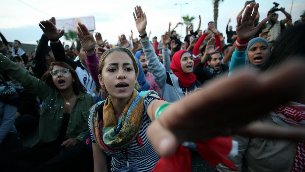 Manifestantes bloquean una carretera en Sidon, Líbano, el 28 de octubre de 2019