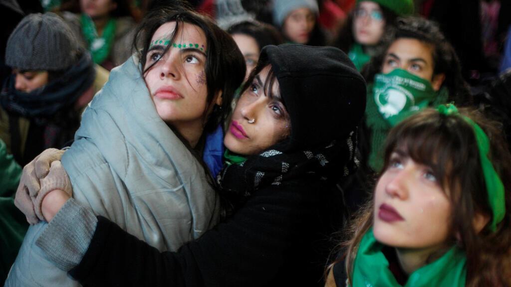 Manifestantes asisten a una protesta a favor de legalizar el aborto afuera del Congreso mientras los legisladores debatían sobre el proyecto de ley sobre el aborto en Buenos Aires, Argentina, el 14 de junio de 2018.