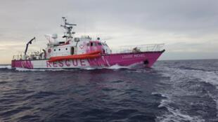 """سفينة """"لويز ميشال"""" ملونة بالأبيض والزهري"""