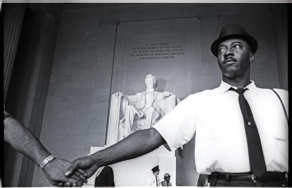Des activistes noirs américains défendent l'accès au Lincoln Memorial, dans les années1960, à Washington.