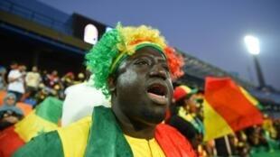 Un supporter du Sénégal encourage son équipe avant le début de son huitième de finale contre l'Ouganda, le 5 juillet 2019 au Caire