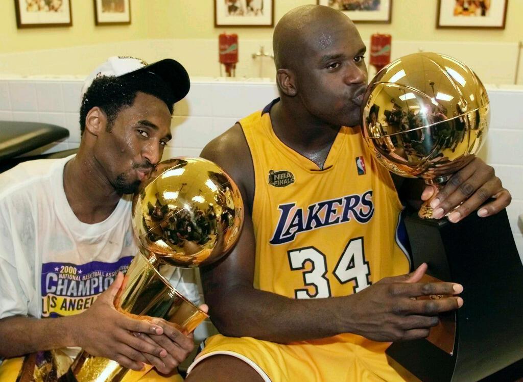 Kobe Bryant aux côtés de Shaquille O'Neal, avec lequel il remporte trois titres NBA, en 2000, 2001, et 2002.