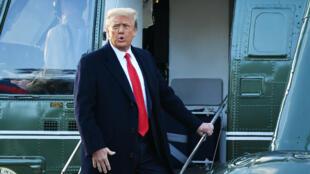 صورة التقطت بتاريخ 20 كانون الثاني/يناير 2021 تظهر الرئيس الأسبق دونالد ترامب لدى صعوده على متن مروحية مارين وان في البيت الأبيض