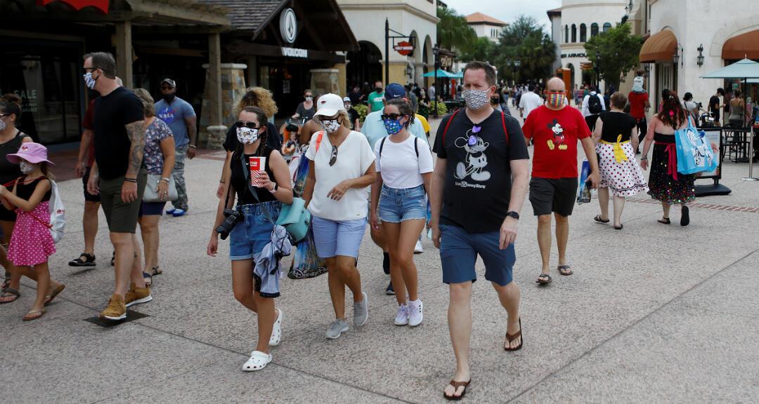 Compradores de Disney usan máscaras faciales y ropa con temas de Disney, mientras que Walt Disney World lleva a cabo una reapertura gradual de las restricciones de Covid-19 en Lake Buena Vista, Florida , EE. UU., el 11 de julio de 2020.