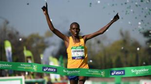 Le Kényan Paul Lonyangata passe la ligne d'arrivée du marathon de Paris, le 9 avril 2017.