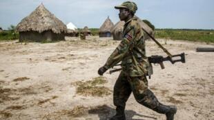 جندي من قوات جنوب السودان في قرية قاحلة بعد المعارك