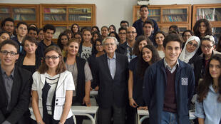 Le président du jury de l'Académie Goncourt, Bernard Pivot, et les élèves du lycée Bourguiba, lundi 26 octobre, à Tunis.