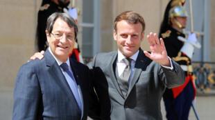 الرئيس الفرنسي ايمانويل ماكرون (يمين) بعد اجتماعه ب نظيره القبرصي نيكوس اناستاسيادس في الاليزيه في 23 تموز/يوليو 2020