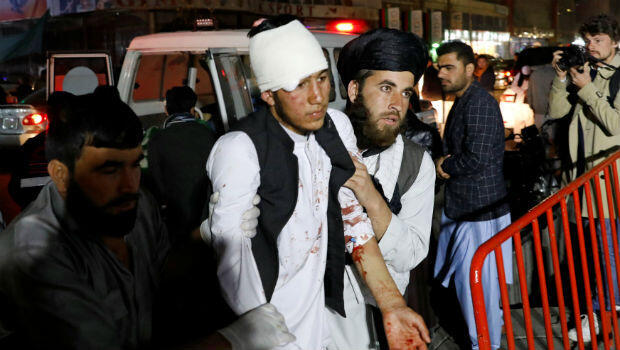 Hombres afganos llevan a una persona herida a un hospital, después de un ataque suicida en Kabul, Afganistán, el 20 de noviembre de 2018.