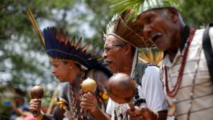Indígenas de distintas tribus danzan en Brasilia, mientras esperan para entregar una carta dirigida al presidente, Jair Bolsonaro.