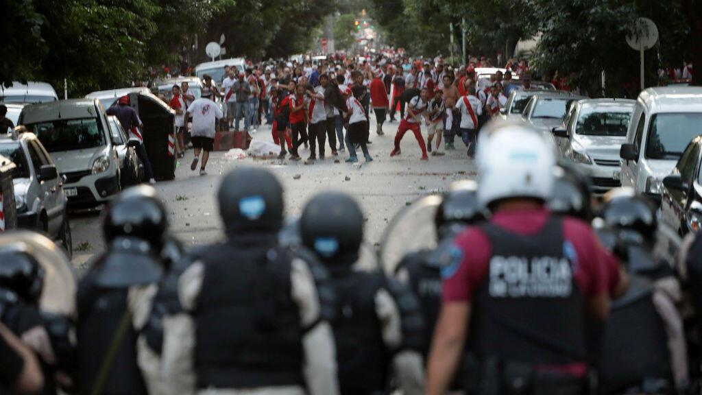 Un grupo de hinchas de River Plate mientras se enfrentaban con agentes de la Policía antidisturbios en Buenos Aires, Argentina, el 24 de noviembre de 2018.