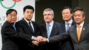 Le président du CIO Thomas Bach a annoncé le 20 janvier que la Corée du Nord et la Corée du Sud auront bien une seule équipe commune dans le tournoi de hockey sur glace dames.