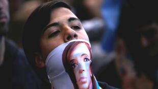 Un joven en un acto de campaña de la fórmula Alberto Fernández y Cristina Fernández en Mar de Plata, Argentina, el 24 de octubre de 2019.