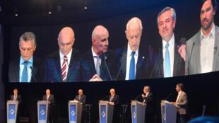Candidatos participan en el primer debate presidencial televisado para las elecciones argentinas en la Universidad Nacional del Litoral, en Santa Fe, Argentina, el domingo 13 de octubre.