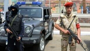 Un policier des forces spéciales et un soldat égyptien au Caire.