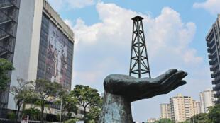 "Vista de la escultura ""Monumento a la Paz"" frente a la sede de la petrolera estatal venezolana PDVSA, en Caracas, el 22 de abril de 2020."