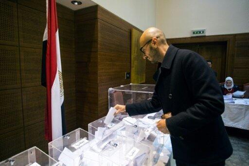 مصري يدلي بصوته في سفارة بلاده بلندن في 17 تشرين الأول/أكتوبر