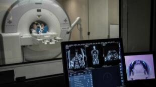 Depistage d'un cancer sur un patient avec un IRM, le 5 juin 2019 à l'hôpital Mondor à Créteil