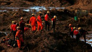 miembros de un equipo de rescate buscan víctimas después de que se derrumbó una presa de relaves de propiedad de la compañía minera brasileña Vale SA, en Brumadinho, Brasil , el 28 de enero de 2019.