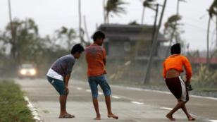 Niños filipinos juegan en la ciudad de Baggao, afectada por el tifón Mangkhut, y situada en la provincia de Cagayan, Filipinas, el 15 de septiembre de 2018.