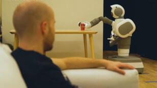 Aeolus, le robot qui passe l'aspirateur, fait les machines, range la maison et apporte volontiers les canettes. Ici pour vous servir.