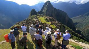 Integrantes de una comisión de autoridades y expertos liderados por el gobernador de Cusco, Jean Paul Benavente, visitan la ciudadela inca de Machu Picchu, en esta imagen de archivo tomada el 12 de junio de 2020