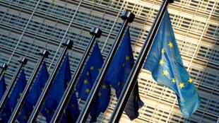 Foto de archivo de las banderas de la Unión Europea se ven fuera de la sede de la Comisión de la UE en Bruselas, Bélgica, el 14 de noviembre de 2018.