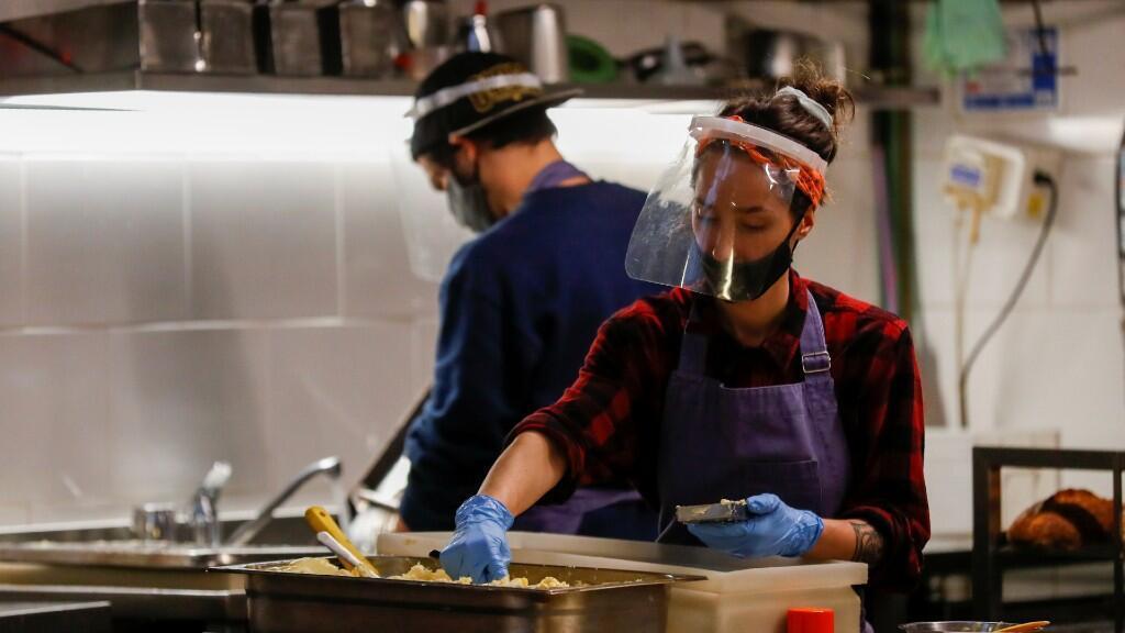 Varios empleados de restaurantes trabajan con medidas especiales de protección para preservar la higiene en medio de la pandemia de coronavirus. Buenos Aires, Argentina, el 1 de junio de 2020.