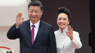 Le président chinois Xi Jinping et sa femme Peng Lyuan sont arrivés à Hong Kong jeudi 29 juin pour les célébrations du 20e anniversaire de la rétrocession.