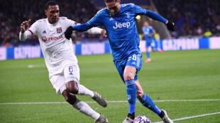 Le milieu de terrain français de la Juventus Turin Adrien Rabiot (à droite) à la lutte avec le défenseur brésilien de l'Olympique lyonnais Marcelo en huitième de finale aller de la Ligue des champions le 26 février 2020 au Parc OL.