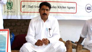 Cette photo prise le 22 juillet 2010 montre le chirurgien pakistanais Shakil Afridi lors d'une campagne de prévention du paludisme.